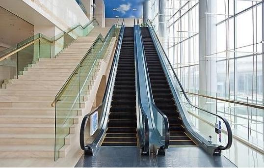 推婴儿车上扶梯太危险 家长应选择厢式电梯上下楼